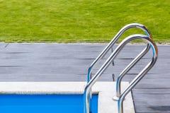 Бассейн лестницы, деревянная палуба, зеленая лужайка, трава в красивой роскошной гостинице, загородном доме Стоковые Фото