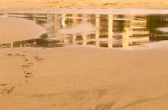 Бассейн на песке моря с отражением Стоковая Фотография