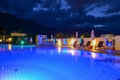 Бассейн на роскошном курорте к ноча в Lana стоковые фотографии rf