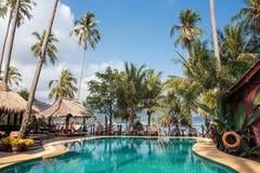 Бассейн на тропическом пляже стоковое фото rf