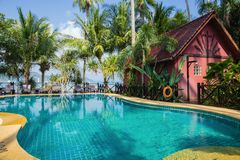 Бассейн на тропическом пляже стоковая фотография