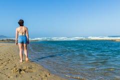 Бассейн океана пляжа девушки идя стоковая фотография