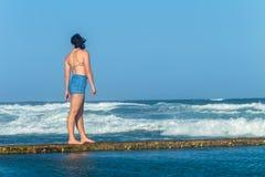 Бассейн океана пляжа девушки исследуя приливный Стоковая Фотография RF
