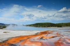 Бассейн радуги и бассейн носового платка, таз отработанной формовочной смеси, национальный парк Йеллоустона, Вайоминг, США стоковое изображение