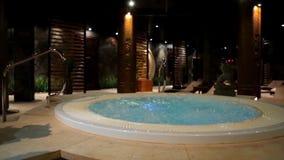 Бассейн релаксации в курорте с водопадом Пустой роскошный курорт с джакузи и бассейном Джакузи в сауне здоровье Стоковые Изображения