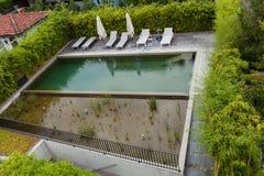 Бассейн роскошных жилых домов Стоковое фото RF