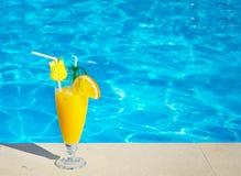 Бассейн, сок, коктеиль. Летние каникулы на пляже. стоковое изображение rf