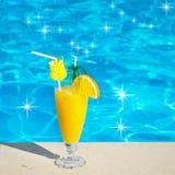 Бассейн, сок, коктеиль. Летние каникулы на пляже. стоковые изображения rf