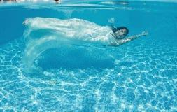 Бассейн солнечного дня красивого заплыва подныривания платья девушки женщины белого подводного голубой Стоковые Изображения