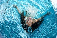 Бассейн солнечного дня красивого заплыва подныривания платья девушки женщины белого подводного голубой Стоковая Фотография