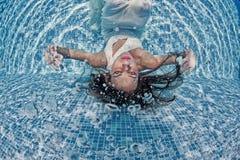 Бассейн солнечного дня красивого заплыва подныривания платья девушки женщины белого подводного голубой Стоковые Фотографии RF