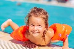 Бассейн-счастливый ребенок играя в бассейне каникула территории лета katya krasnodar стоковая фотография rf