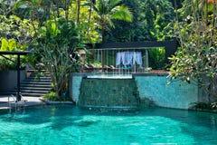 Бассейн с водопадом в зеленом цвете Стоковые Изображения