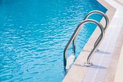 Бассейн с лестницей Стоковая Фотография