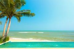 Бассейн с пальмой на пляже Стоковое Изображение