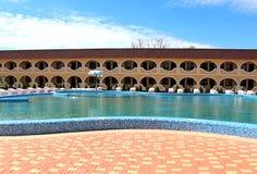 Бассейн с loungers солнца на территории туристического комплекса Стоковая Фотография RF