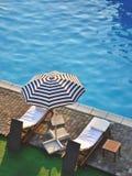 Бассейн с loungers солнца Стоковые Фотографии RF