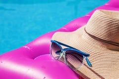 Бассейн тюфяка воздуха пинка соломенной шляпы солнечных очков Тропическая принципиальная схема Стоковые Фотографии RF