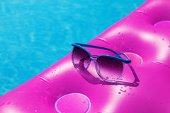 Бассейн тюфяка воздуха солнечных очков розовый Тропическая принципиальная схема Стоковые Изображения RF