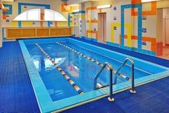 Бассейн для детей - тренировка в заплывании Стоковые Изображения RF