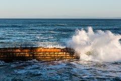 Бассейн для детей La Jolla на полной воде с разбивая волной стоковые изображения