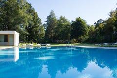 Бассейн Simming на природном парке Pedras Salgadas и традиционный курорт в севере Португалии Стоковая Фотография RF