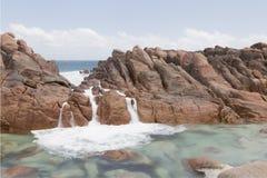 Бассейн Wyadup приливный покрытый с белой морской водой Стоковые Фотографии RF