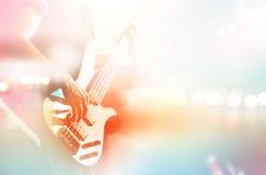 Бас гитариста на этапе для предпосылки, красочном, пастельном цвете Стоковое Изображение