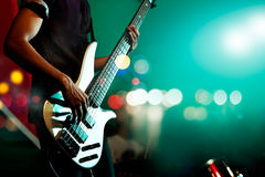 Бас гитариста на этапе для фокуса предпосылки, красочных, мягких и нерезкости Стоковые Фотографии RF