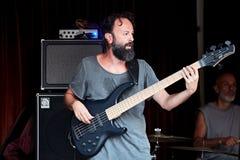 Бас-гитарист джаза на этапе Стоковые Фото
