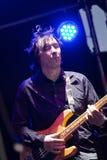 Бас Valentyn Kornienko, рок-группа Arsen Mirzoyan, концерт в реальном маштабе времени на отверстии фонтана Roshen, Vinnytsia, Укр Стоковое фото RF