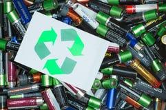 Батареи и зеленый цвет рециркулируют символ стоковое изображение rf