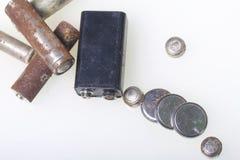 Батареи корозии различных форм и размеров Лож освобождают на белой предпосылке Охрана окружающей среды, рециркулировать использов Стоковые Фото