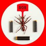 Батареи щелочных аккумуляторов вокруг муравья игрушки с звонком для помощи экологическо стоковое изображение rf