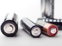 Батареи щелочных аккумуляторов с селективным фокусом на белой предпосылке Стоковые Фотографии RF