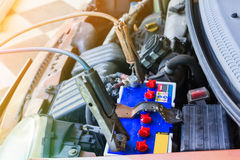 Батарея перезарядки старого автомобиля Стоковая Фотография