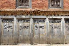 """Батарея, """"Eveready """"как покрашено на одной стене вокруг городка Dhulikhel старого стоковые изображения"""