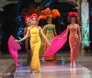 Батик азиатской женской модели нося на взлётно-посадочная дорожка модного парада Стоковые Изображения RF