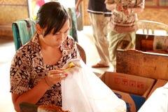Батик делая в Бали Стоковое фото RF