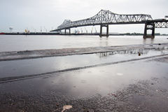 БАТОН-РУЖ, США - 2015: Мост соединяя Батон-Руж и порт Ален стоковое фото