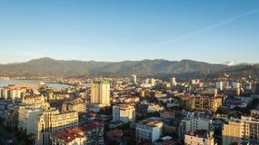 Батуми, Adjara, Грузия - октябрь 2018: городской пейзаж увиденный от вершины бара неба Sheraton стоковые фото
