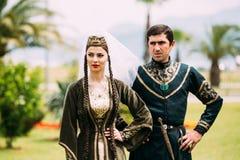 Батуми, Adjara, Georgia - 26-ое мая 2016: Молодые пары человека и женщины в грузинских национальных одеждах в торжестве  Стоковые Фото