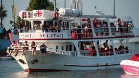 Батуми, Adjara, Georgia - 10-ое сентября 2017: Шлюпка малого прогулочного катера туристская плавая от порта для круиза около побе акции видеоматериалы