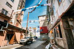 Батуми, Adjara, Georgia Повешенное засыхание прачечной на веревочке в дворе Стоковые Фотографии RF