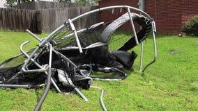 Батут кореженный и поврежденный от ветра во время шторма и строгой погоды акции видеоматериалы