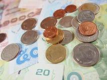 Бат монеток на тайской предпосылке денег банкнот Стоковая Фотография RF