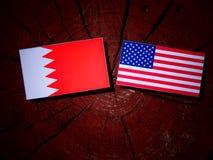 Бахрейнский флаг с флагом США на пне дерева Стоковое фото RF