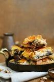 Бахлава - восточная помадка с медом, грецким орехом и изюминкой Стоковое Фото