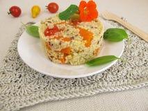 Башенка пшена с томатами, морковами и травами Стоковые Изображения