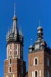 2 башни базилики St Mary на главном sguare рынка в cracow в Польше на предпосылке голубого неба Стоковое Изображение